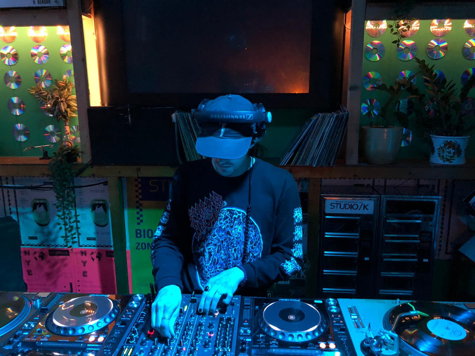 DJ livestreams